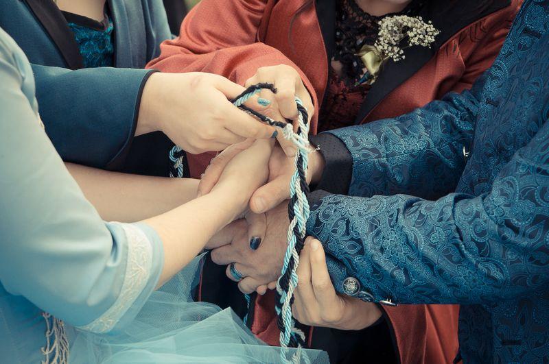 Handfasting, rito celtico di legatura delle mani, inserito in una cerimonia simbolica personalizzata.