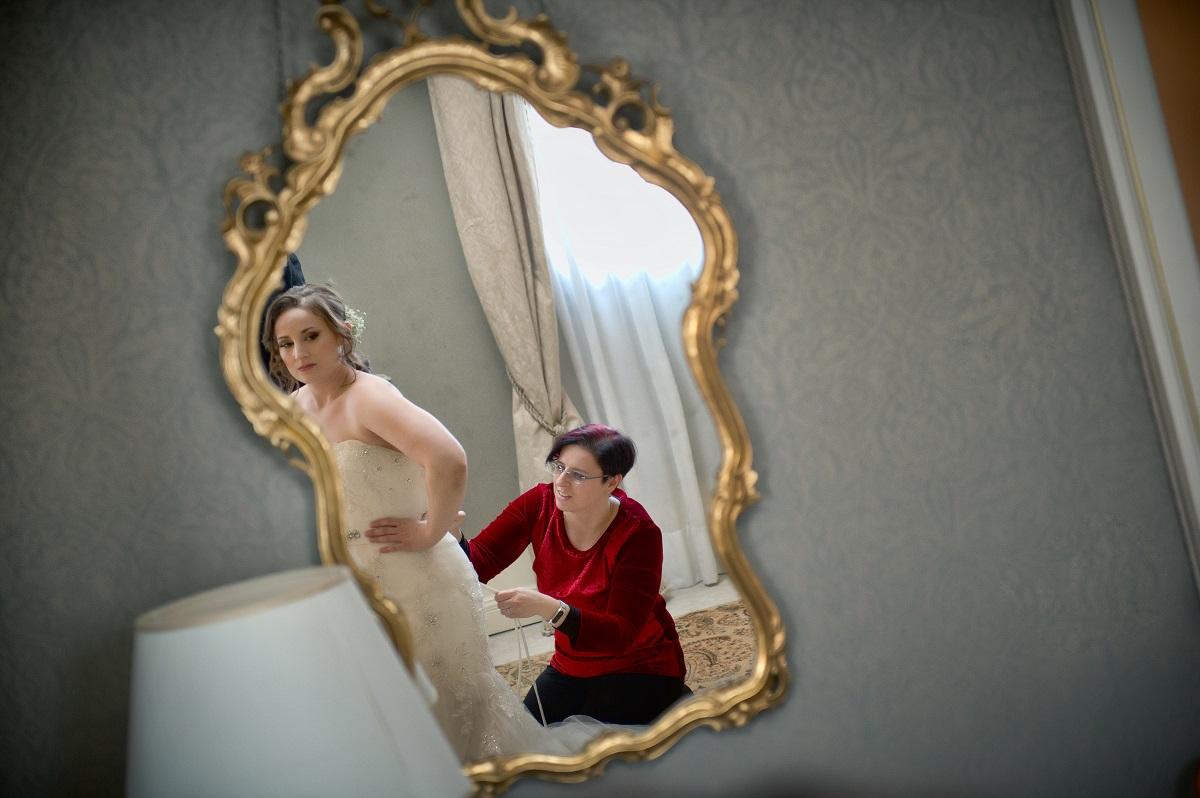 Fuga d'Amore, Preparazione della sposa con l'aiuto della wedding planner, riflesso.