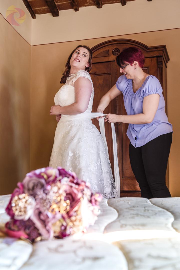 Gli ultimi ritocchi alla preparazione della sposa per questa Fuga d'Amore