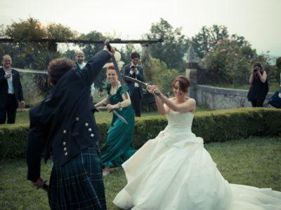 Sposa e damigella combattono con lo sposo in abito lungo