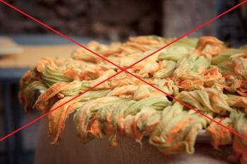 Il Coronavirus colpisce i buffet: vassoio di bellissimi fiori di zucca pronti da friggere barrati con una X rossa