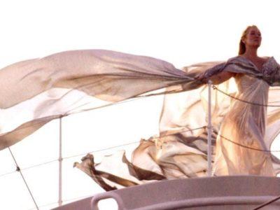Budget Matrimonio: Still dal film Mamma Mia con Meryl Streep durante la parte di Money Money Money degli Abba, su uno yacht, con un lungo abito elegante che si muove setoso nel vento.