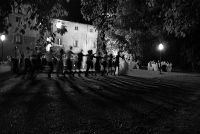 Trenino e ballo di gruppo ad un matrimonio in bianco e nero