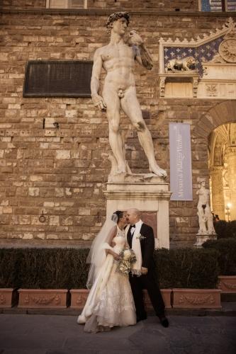 Sposi si baciano sotto il David di Michelangelo a Firenze