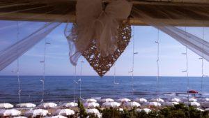 Una bellissima vista del litorale di Castiglion della Pescaia, incorniciata da tulle, piccole luci ed un cuore