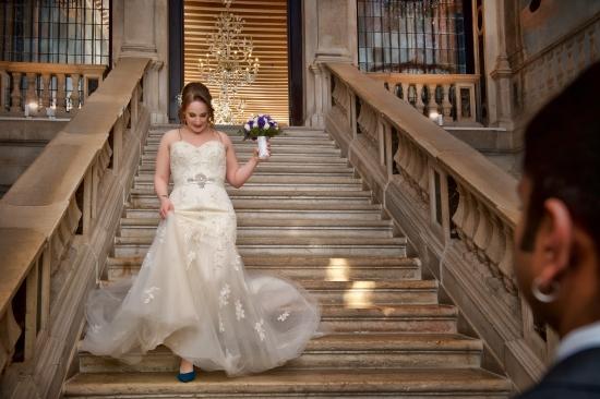 Location per matrimoni: la bellissima scalinata del Ca' Sagredo con la sposa che scende le scale.