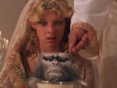 Scena da Indiana Jones e il Tempio Maledetto dove la protagonista si vede servire un semifreddo di cervello di scimmia dentro una testa di scimmia.